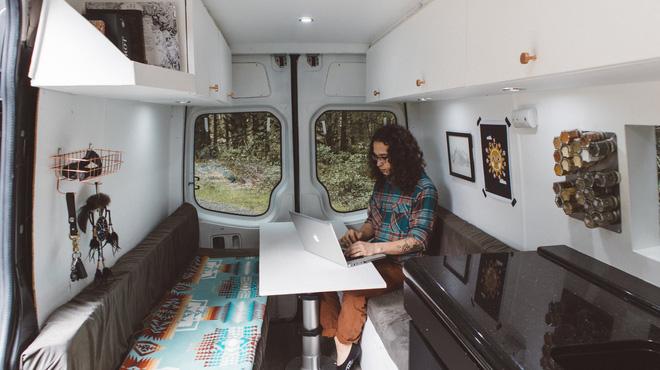 Những ai thích đi du lịch, cuộc sống chỉ cần một chiếc ô tô với nội thất cần thiết bên trong là đủ - Ảnh 10.