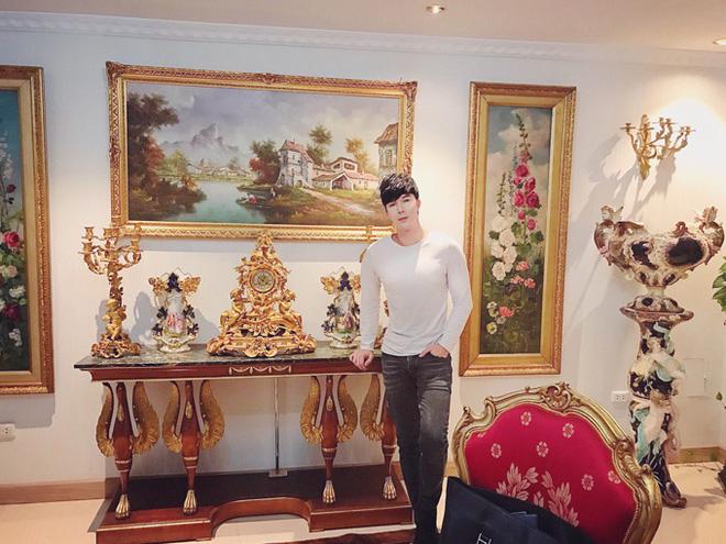 Chiêm ngưỡng ngôi nhà dát vàng triệu đô của nam ca sĩ Nathan Lee ở Hà Nội - Ảnh 1.