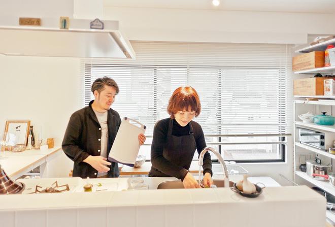 Căn hộ tối giản ngập tràn ánh sáng tự nhiên của cặp vợ chồng trẻ đam mê nấu nướng ở Nhật - Ảnh 4.