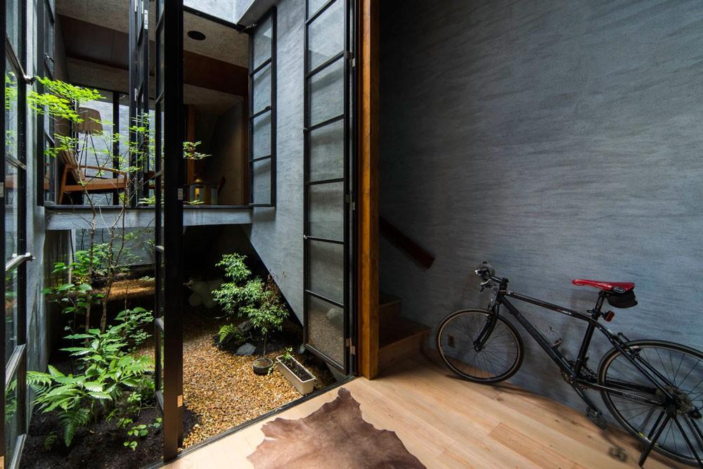 Căn nhà ống kín như bưng nhưng bên trong lại tràn ngập ánh sáng tự nhiên đến khó tin ở Nhật - Ảnh 2.