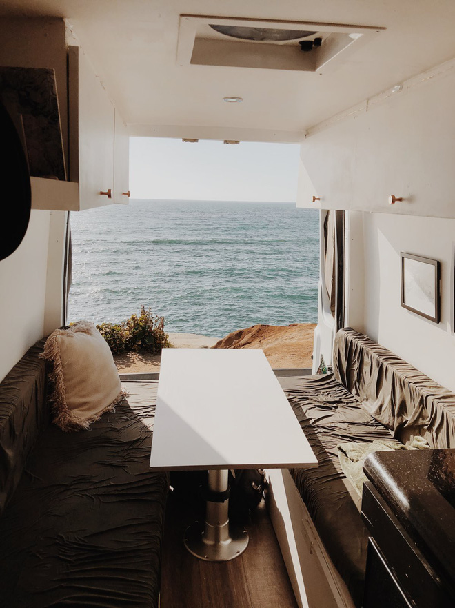 Những ai thích đi du lịch, cuộc sống chỉ cần một chiếc ô tô với nội thất cần thiết bên trong là đủ - Ảnh 7.
