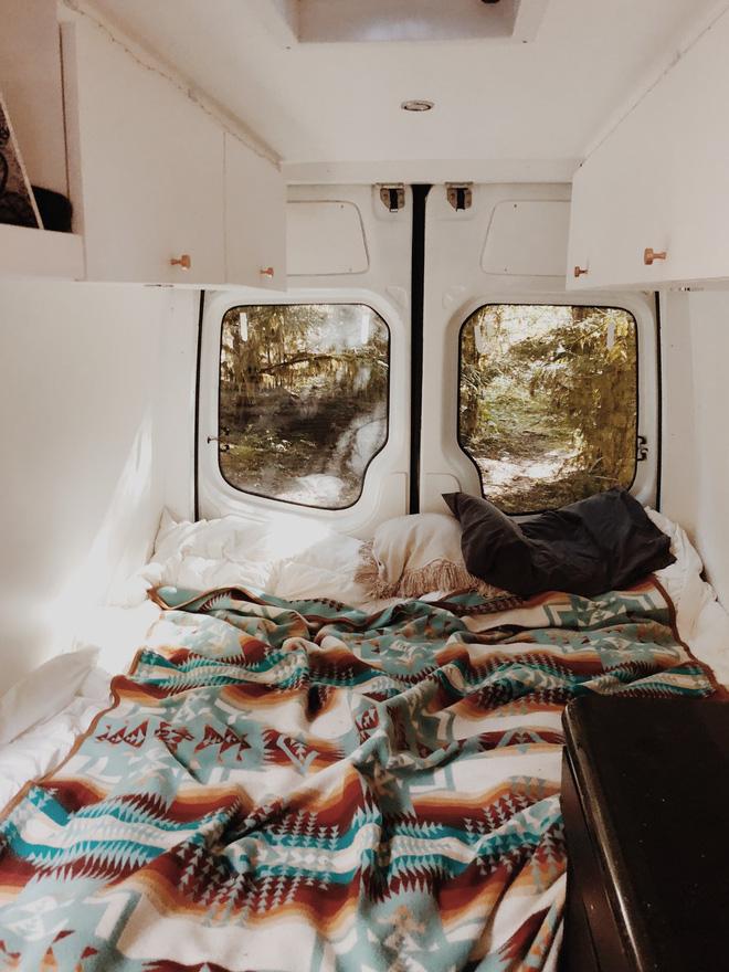 Những ai thích đi du lịch, cuộc sống chỉ cần một chiếc ô tô với nội thất cần thiết bên trong là đủ - Ảnh 8.