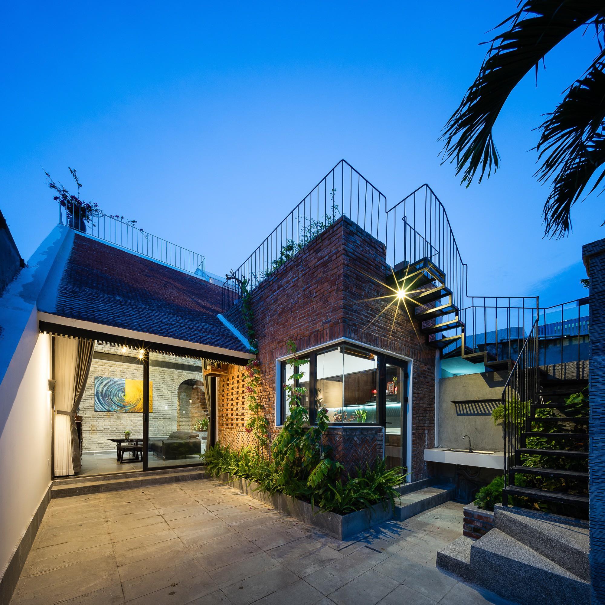 Ngôi nhà gạch 2 tầng của cặp vợ chồng già ở Đà Nẵng được tạp chí Mỹ xuýt xoa khen ngợi - Ảnh 2.