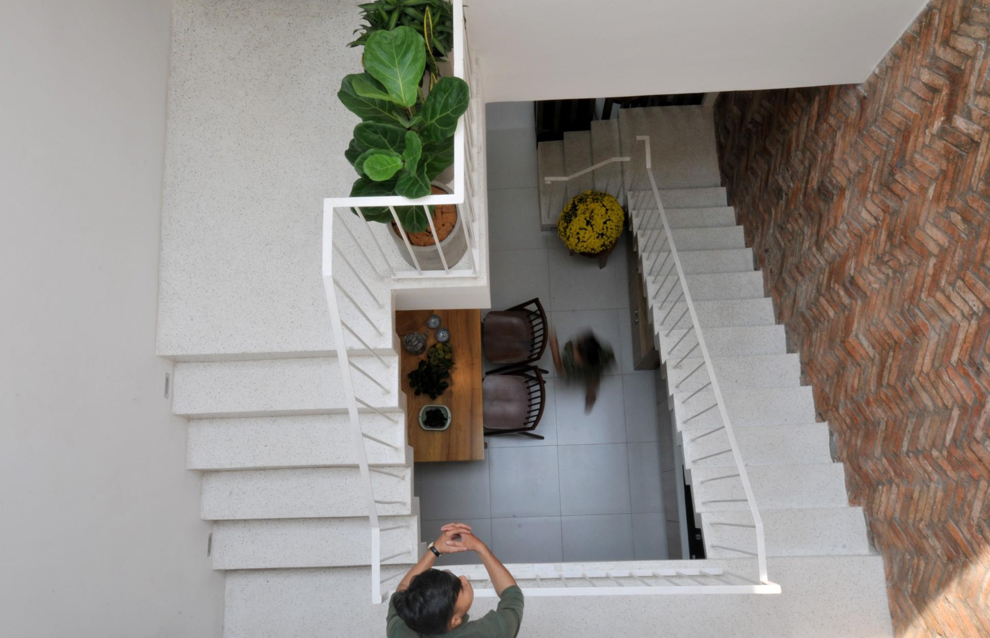 Câu chuyện về mảnh đất giá 10 ngàn rưỡi và ngôi nhà ống trong hẻm có thiết kế cực hợp lý ở Sài Gòn - Ảnh 6.