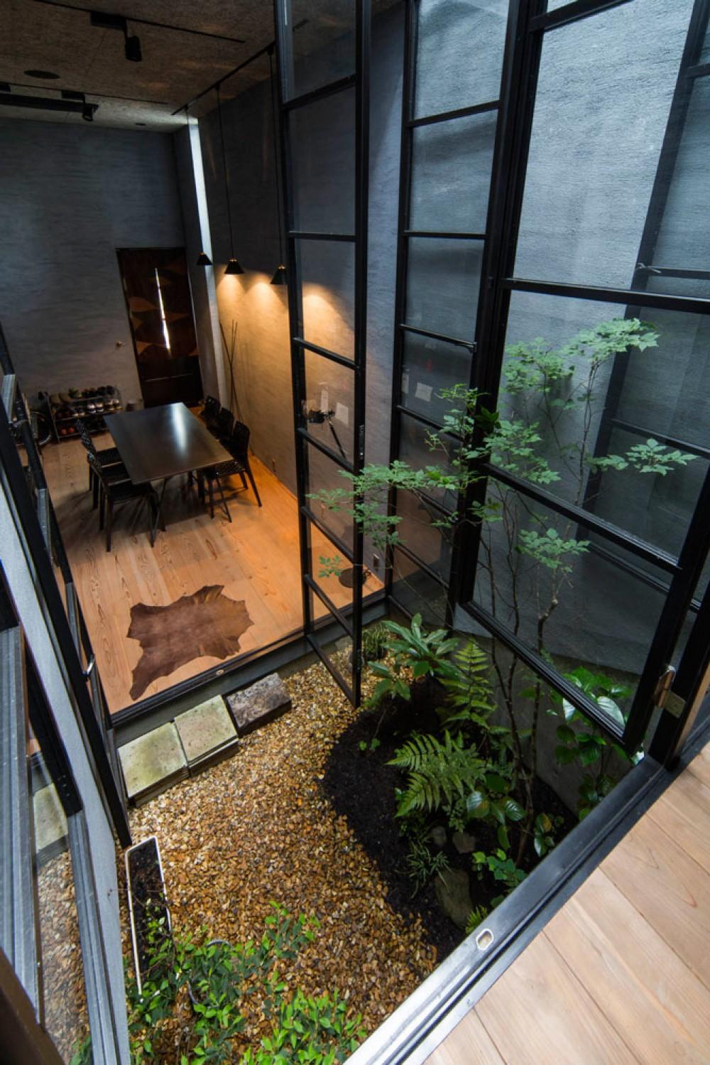 Căn nhà ống kín như bưng nhưng bên trong lại tràn ngập ánh sáng tự nhiên đến khó tin ở Nhật - Ảnh 3.