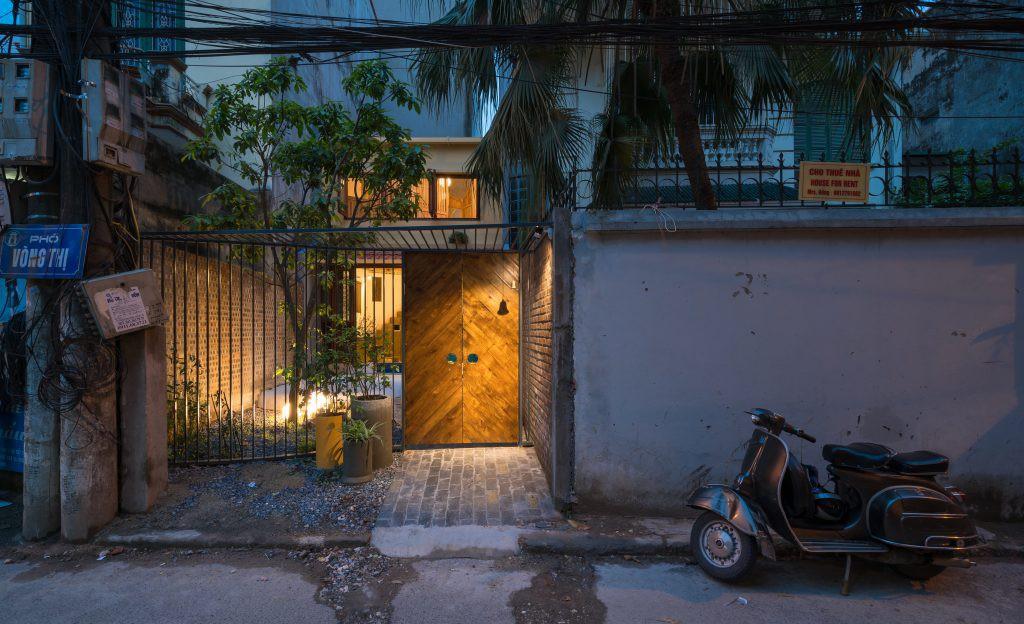 Ngôi nhà 30m² ở Tây Hồ, Hà Nội cho thấy: Khi hiện đại gặp xưa cũ sẽ tạo nên điều vô cùng kì diệu - Ảnh 1.