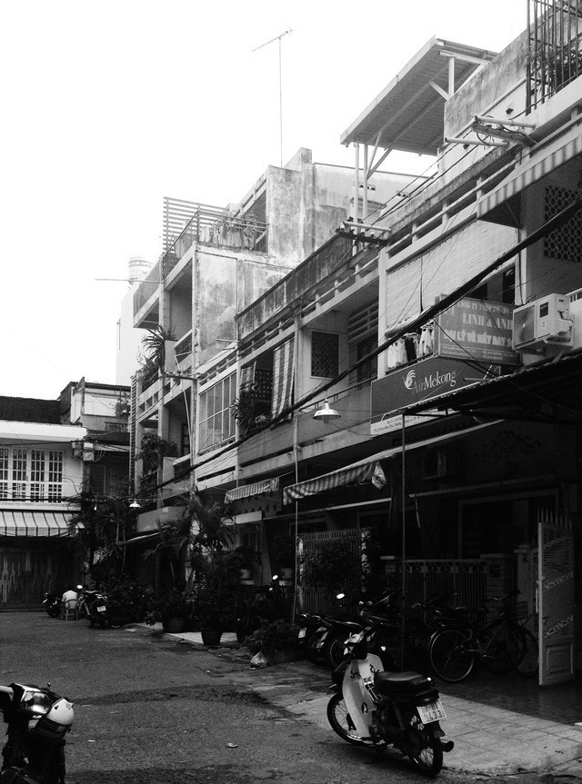 Ngôi nhà ống hơn 50 năm dầm mưa dãi nắng nay lột xác đẹp đến ngỡ ngàng ở quận 3, Sài Gòn - Ảnh 1.