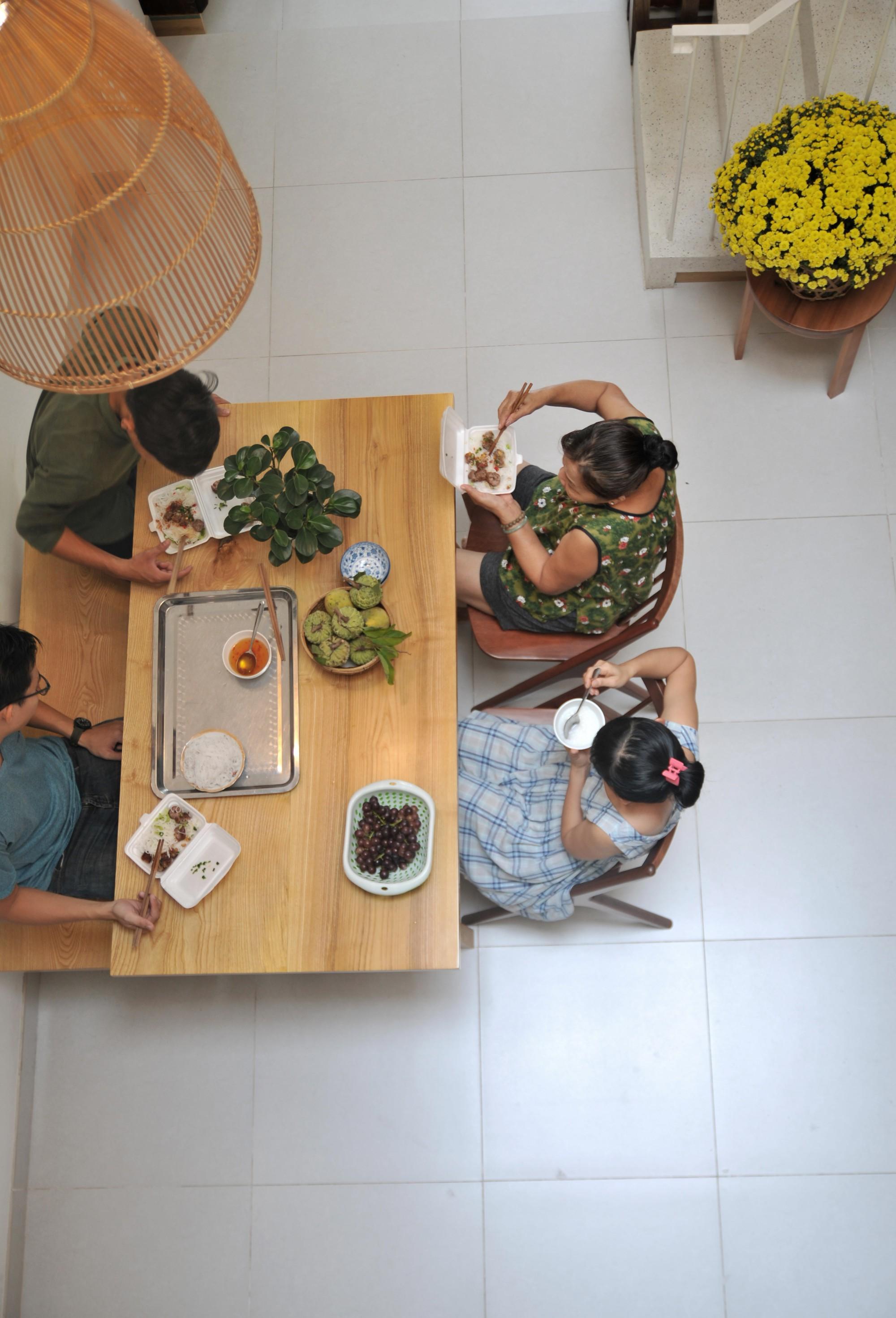 Câu chuyện về mảnh đất giá 10 ngàn rưỡi và ngôi nhà ống trong hẻm có thiết kế cực hợp lý ở Sài Gòn - Ảnh 5.