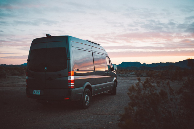 Những ai thích đi du lịch, cuộc sống chỉ cần một chiếc ô tô với nội thất cần thiết bên trong là đủ - Ảnh 1.
