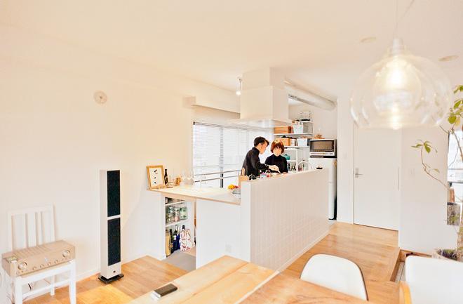 Căn hộ tối giản ngập tràn ánh sáng tự nhiên của cặp vợ chồng trẻ đam mê nấu nướng ở Nhật - Ảnh 2.