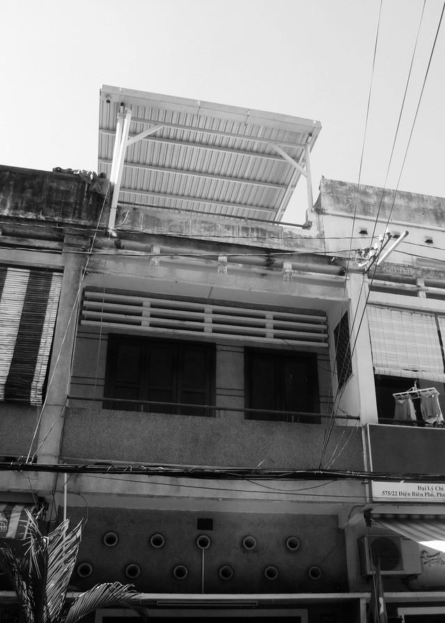 Ngôi nhà ống hơn 50 năm dầm mưa dãi nắng nay lột xác đẹp đến ngỡ ngàng ở quận 3, Sài Gòn - Ảnh 2.